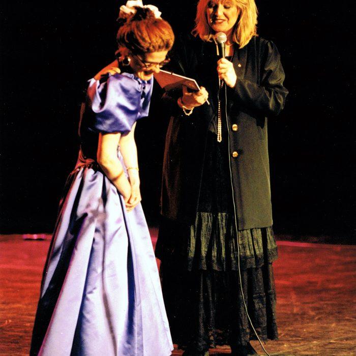 Solfrid og Hanne Krogh på scenen i Ibsenhuset i Skien